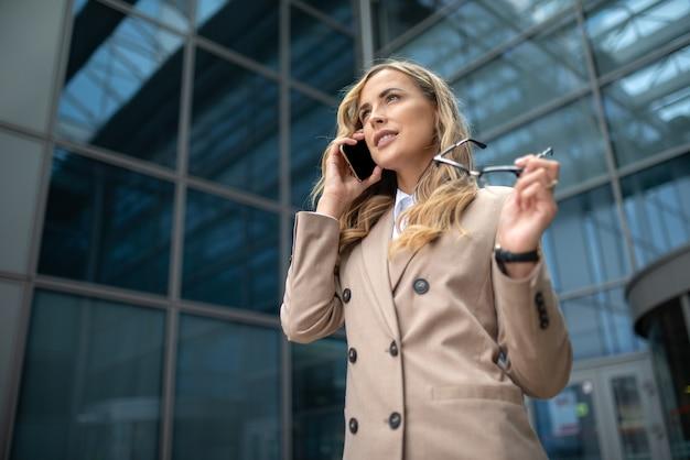 Retrato de uma mulher de negócios confiante em frente ao seu escritório, o conceito de carreira de executivos