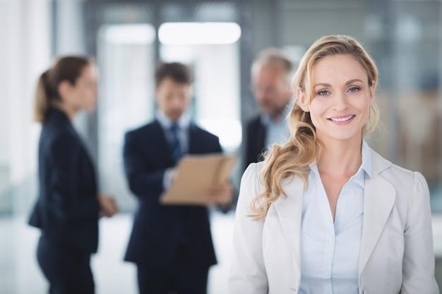 Retrato de uma mulher de negócios confiante