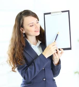 Retrato de uma mulher de negócios jovem bonito com o plano de trabalho sorrindo.