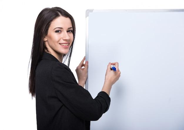 Retrato de uma mulher de negócios jovem com placa.