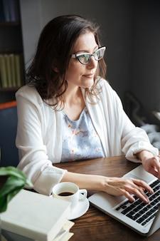 Retrato de uma mulher de negócios maduros atraente sério trabalhando