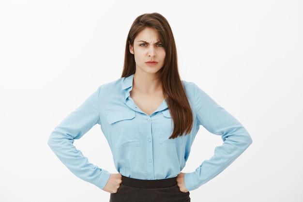Retrato de uma mulher de negócios morena com raiva, posando no estúdio