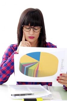Retrato de uma mulher de negócios, procurando resultados de vendas