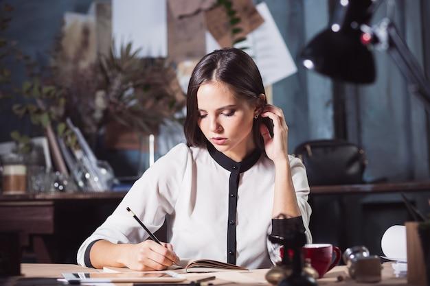 Retrato de uma mulher de negócios que trabalha em um escritório