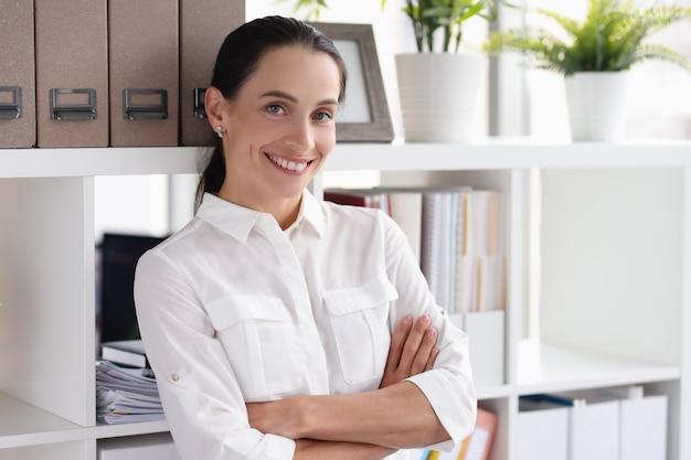 Retrato de uma mulher de negócios sorridente no conceito de gerente e consultor de negócios de escritório