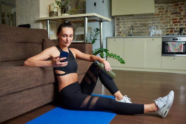 Retrato de uma mulher desportiva fazendo exercícios em casa