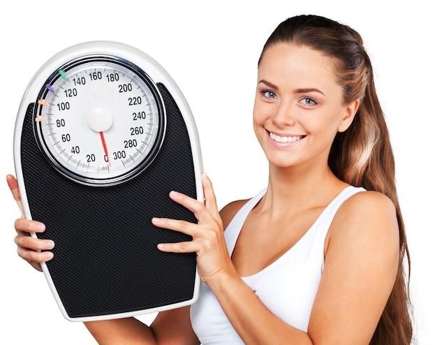 Retrato de uma mulher em forma segurando uma balança
