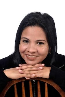 Retrato de uma mulher em fundo branco, mãos no queixo