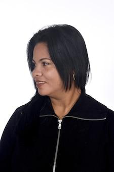 Retrato de uma mulher em um fundo branco, olhando de lado