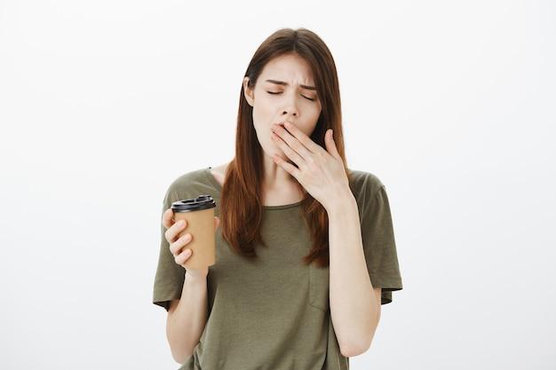 Retrato de uma mulher em uma camiseta verde escura
