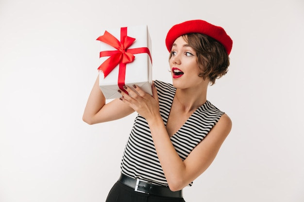 Retrato de uma mulher excitada usando boina vermelha
