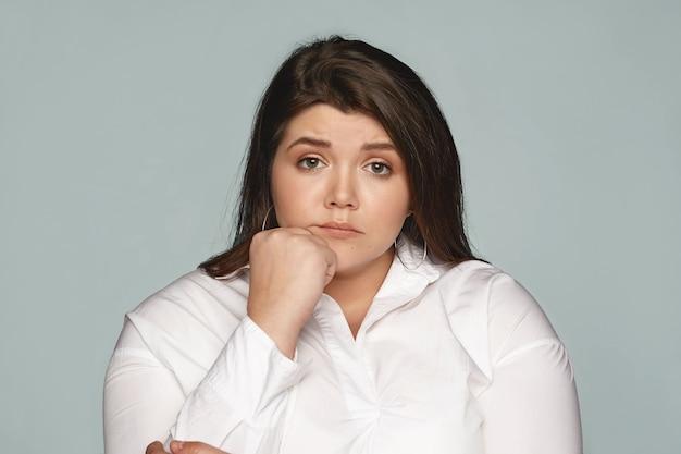 Retrato de uma mulher expressiva no estúdio