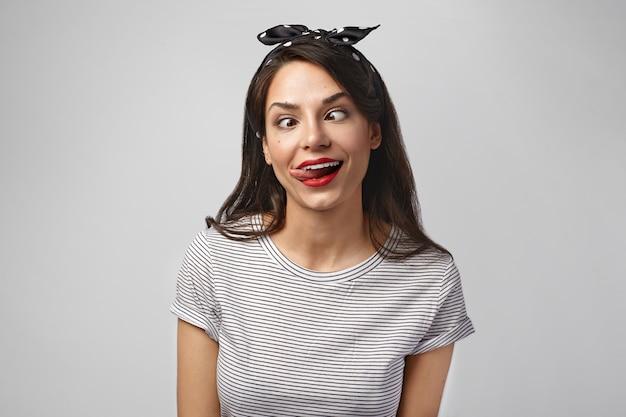 Retrato de uma mulher expressiva posando no estúdio