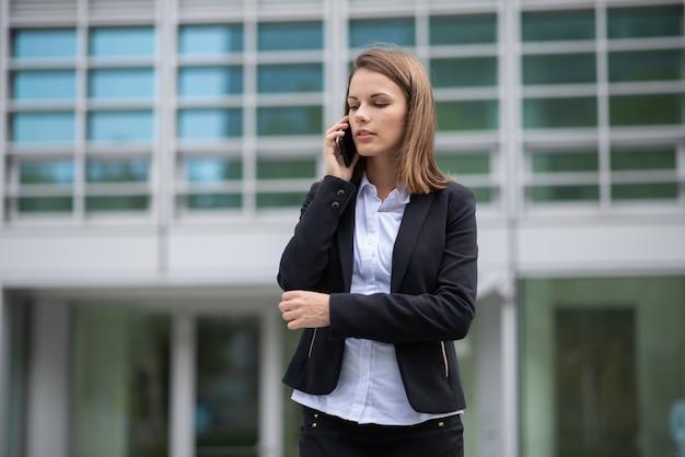 Retrato de uma mulher falando ao telefone