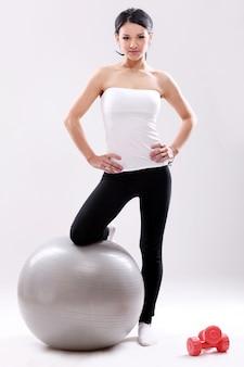 Retrato de uma mulher fazendo pilates