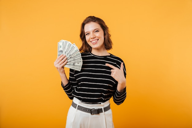 Retrato de uma mulher feliz, apontando o dedo