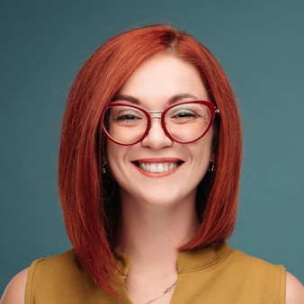Retrato de uma mulher feliz com cabelos castanhos.