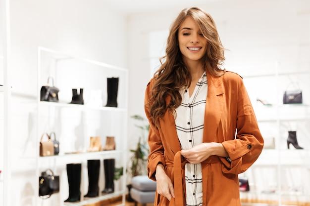Retrato de uma mulher feliz de compras