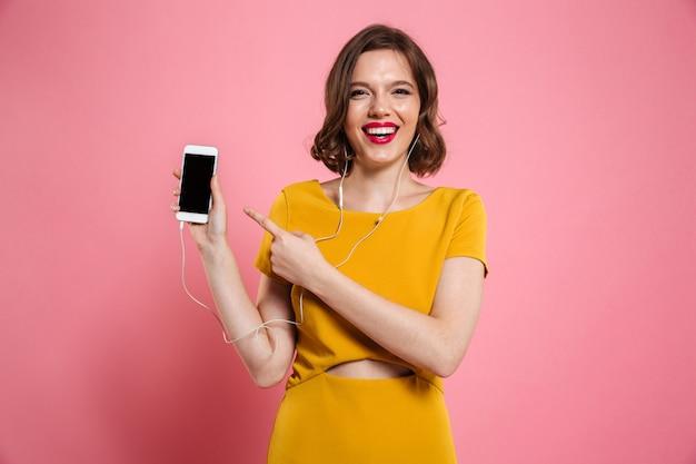 Retrato de uma mulher feliz em fones de ouvido, ouvindo música