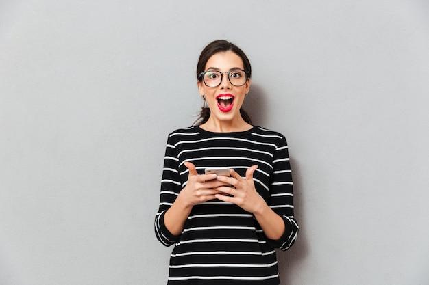 Retrato de uma mulher feliz em óculos