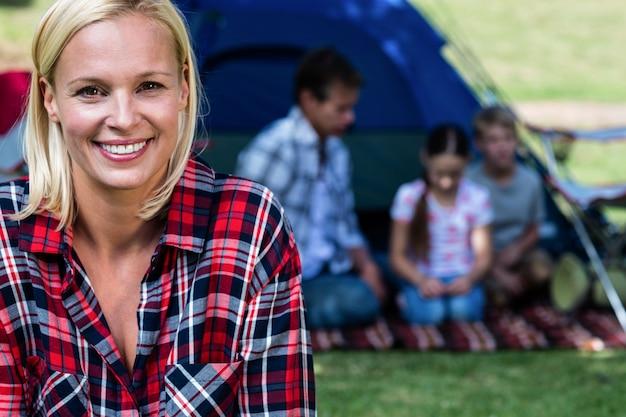 Retrato de uma mulher feliz fora da tenda