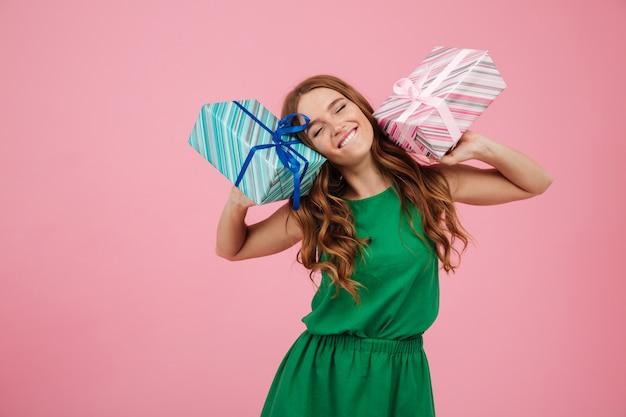 Retrato de uma mulher feliz no vestido segurando caixas de presentes
