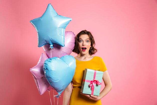 Retrato de uma mulher feliz surpresa no vestido