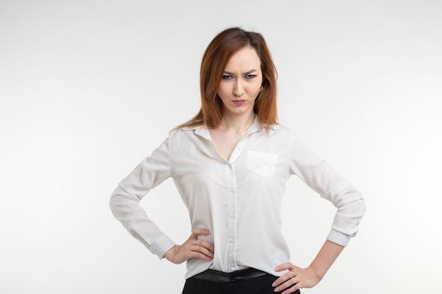 Retrato de uma mulher frustrada e zangada