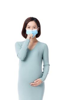 Retrato de uma mulher grávida feliz usando uma máscara