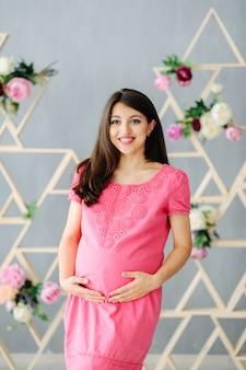 Retrato de uma mulher grávida se preparando para o parto