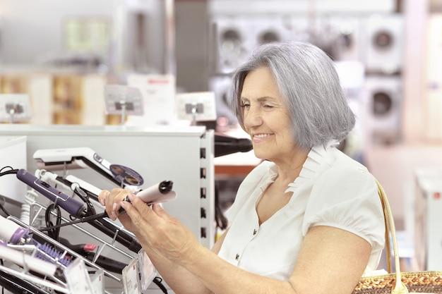 Retrato de uma mulher idosa em um shopping