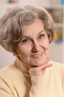 Retrato de uma mulher idosa feliz em casa