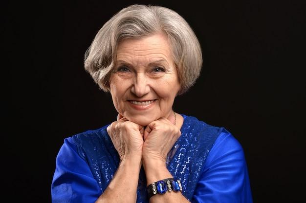 Retrato de uma mulher idosa feliz em um fundo preto