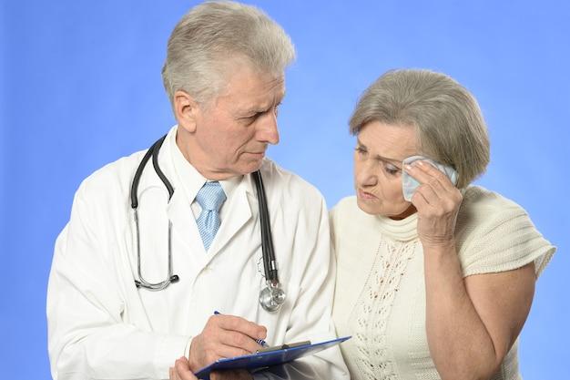 Retrato de uma mulher idosa visitando um médico