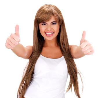 Retrato de uma mulher indiana sorridente com sinal de positivo isolado no branco