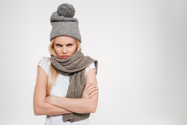 Retrato de uma mulher insatisfeita chateada no chapéu do inverno