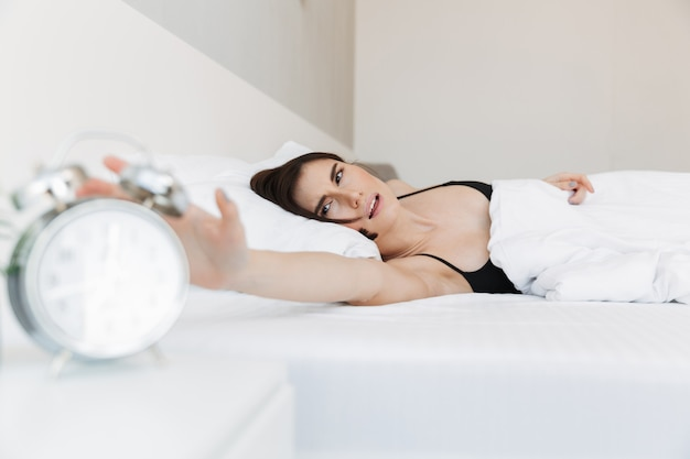 Retrato de uma mulher insatisfeita, deitado na cama