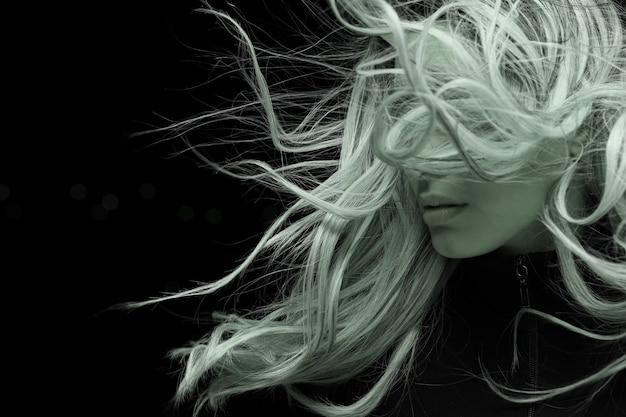 Retrato de uma mulher jovem com cabelos longos