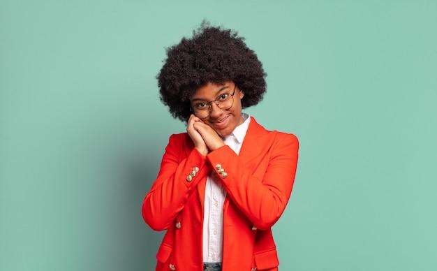 Retrato de uma mulher jovem e bonita negra adorável