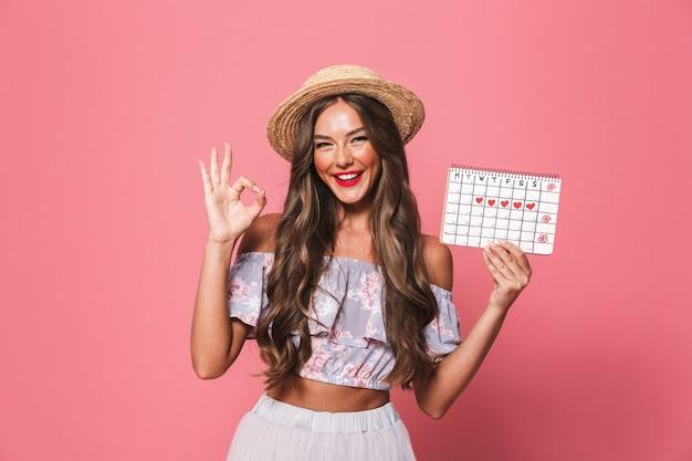 Retrato de uma mulher jovem e feliz em roupas de verão