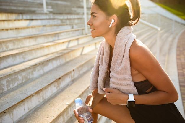 Retrato de uma mulher jovem fitness com toalha