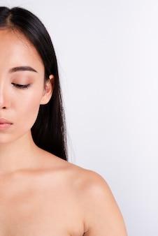 Retrato de uma mulher linda com pele clara