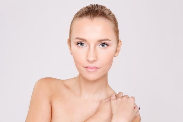 Retrato de uma mulher linda com uma pele perfeita. cuidados com a pele. salão.