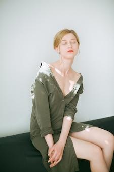 Retrato de uma mulher linda, pensando com os olhos fechados em vestido verde