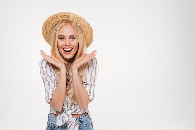Retrato de uma mulher loira alegre e feliz no chapéu do verão