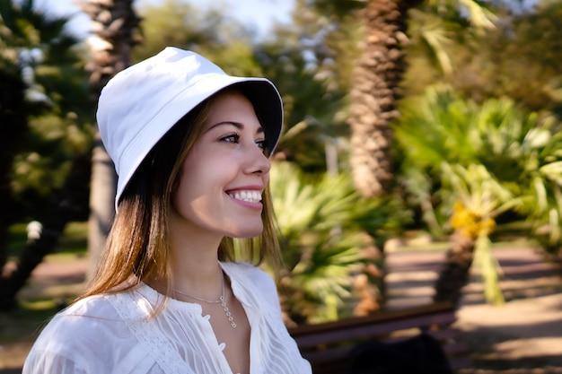 Retrato de uma mulher loira bonita e confiante na natureza, olhando para um futuro positivo