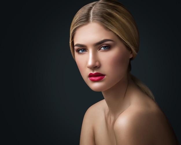 Retrato de uma mulher loira com lábios vermelhos