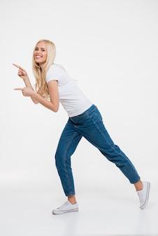 Retrato de uma mulher loira feliz em jeans