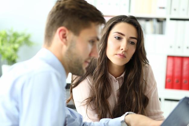 Retrato de uma mulher maravilhosa discutindo um novo começo com um colega