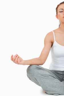 Retrato de uma mulher meditadora na posição de sukhasana